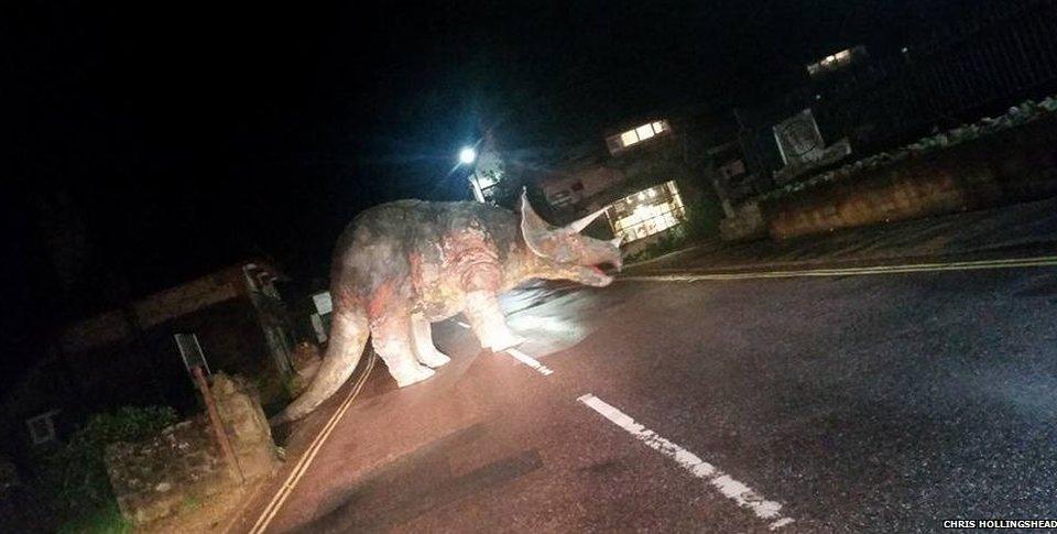 Photo of Pengguna Jalan Raya Terkejut Disekat Oleh Dinosaur