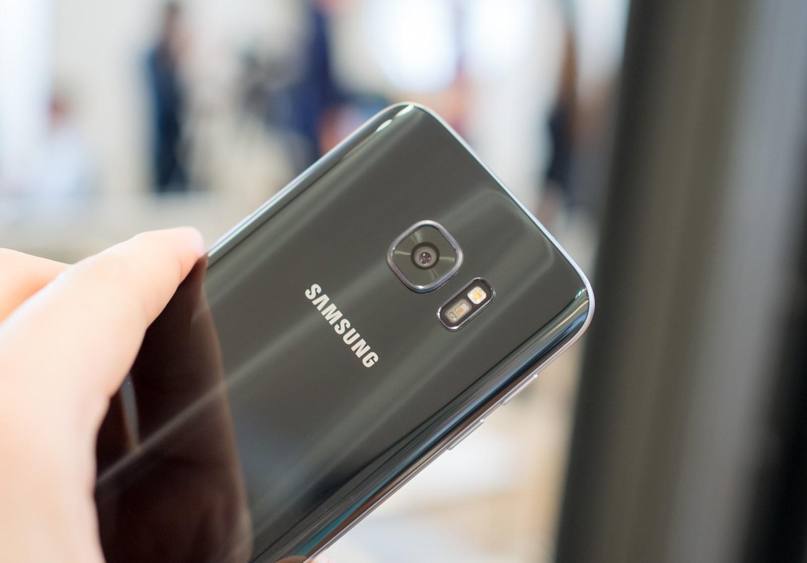 Photo of Jet Black Samsung Galaxy S7  Menyerupai Warna Jet Black Iphone 7?