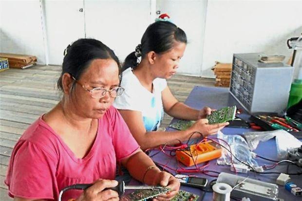 Photo of Sabah: Kenali Wanita-Wanita Buta Huruf Yang Menyinari Kawasan Pedalaman Menggunakan Tenaga Solar