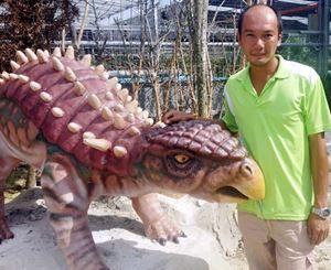 Heng bersama replika dinosaur