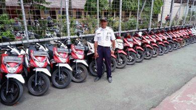 Photo of Susun Motosikal Di Parkir Sekolah, Pengawal Ini Terima Anugerah