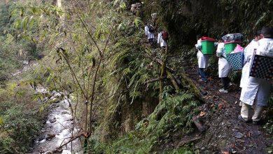 Photo of 'Doktor Bakul' Sanggup Memikul Mesin & Ubat-Ubatan Naik Gunung Bertemu Pesakit